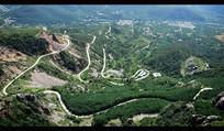 山腰间的弯曲马路