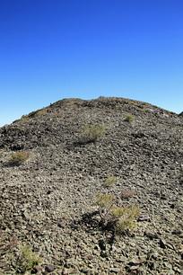 西北荒漠风化的碎石山
