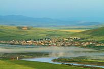 中俄界河对岸俄国农庄晨雾缥缈