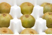 包装盒内整齐排列的猕猴桃
