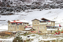 民俗建筑雪山雪景摄影图