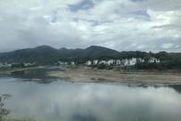 湖边的小镇