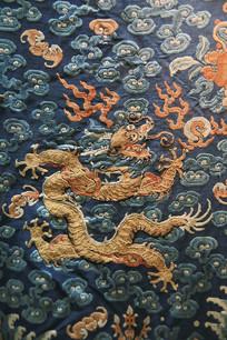 龙袍飞龙吐火刺绣
