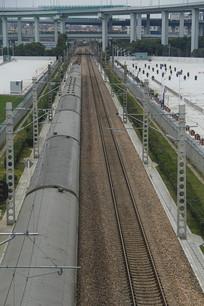 火车穿越高架