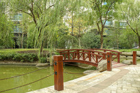 小区池塘上的小桥