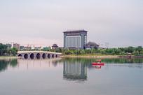 城市中的人工湖