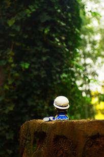 蓝衣白帽瓷娃娃背影