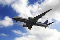 客机翱翔蓝天