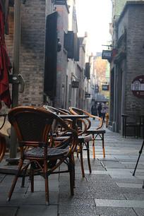 上海新天地酒吧门前的椅子