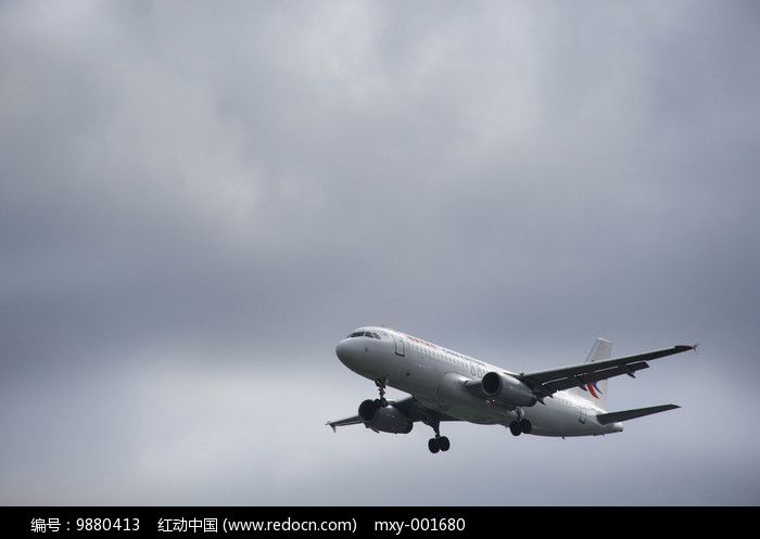 云层飞机图图片