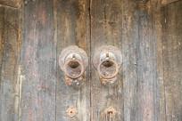 一扇木质大门