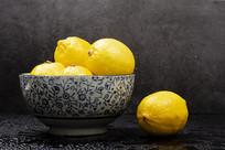黑色背景的柠檬