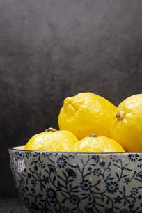 碗里的柠檬