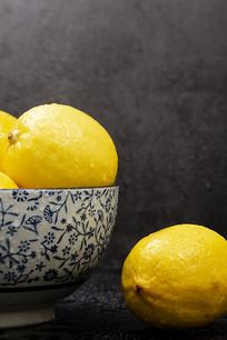 碗里的柠檬特写