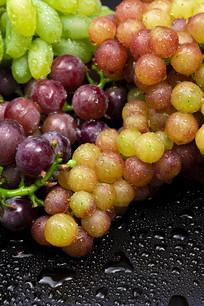 桌面上的新鲜葡萄