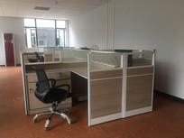 空荡荡的办公室办公桌