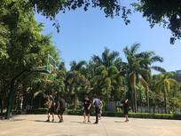 球场打篮球的男孩