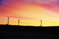 日出霞光风力发电美景