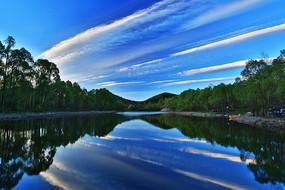 森林湖彩云风景