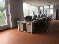 室内一排办公桌