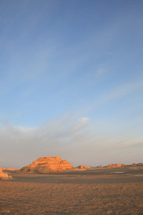 晨光中的雅丹地质地貌
