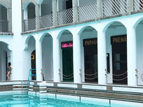 老建筑游泳池横构图