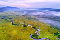 航拍晨雾迷漫的森林河湾