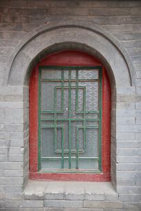 拱形青砖墙玻璃窗户