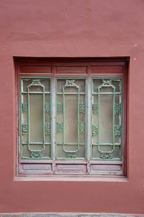 红墙方窗户