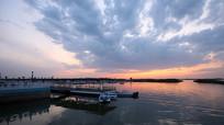 湖畔的小船