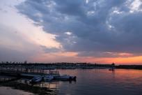 日落的湖畔