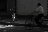 光影中的自行车