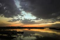 黄昏时的湖泊风光