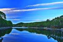 湖水绿树林彩云风景