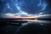 日落时的湖水