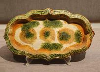 三彩釉印水波三花纹海棠盘