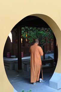 玉佛寺拱门内的僧人