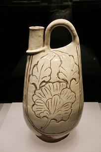白釉雕牡丹纹提梁鸡冠壶