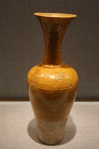 黄釉划牡丹纹盘口长颈瓶