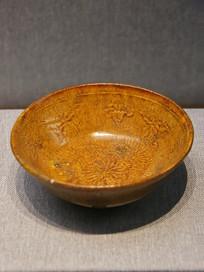 黄釉印蜻蜓花卉纹瓷碗