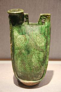 绿釉划番草纹双孔鸡冠壶