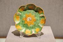 三彩釉印水波莲纹花式碟
