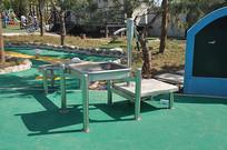 儿童乐园的层叠不锈钢洗手池