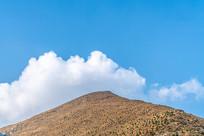 蓝天白云与山峰
