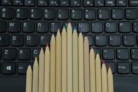 笔记本电脑上的铅笔