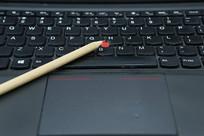 电脑键盘上的铅笔