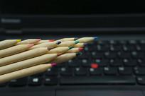铅笔和计算机