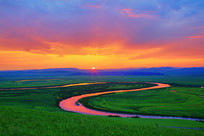 草原河流灿烂的日落
