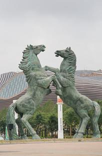 骏马野马雕像