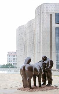 胖子和马雕像
